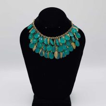 گردنبند طلایی با سنگهای سبز
